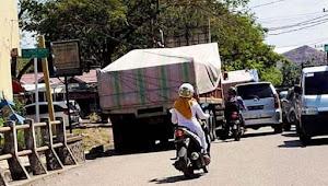 Truk Parkir di Lampu Isyarat Jl A Macca-A Paggaru Segera Ditilang