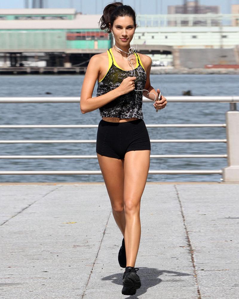 Teresa Moore artis cantik paha mulus kaki jenjang