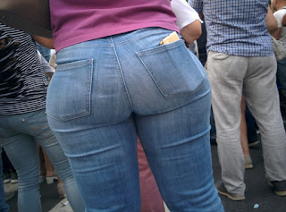Guapa madura calle pantalones apretados
