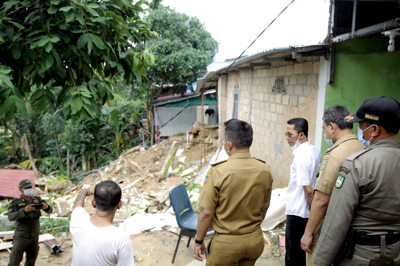 Wakil Walikota Batam Meninjau Dua Titik Wilayah Yang Terdampak Bencana Akibat Cuaca Ekstrim