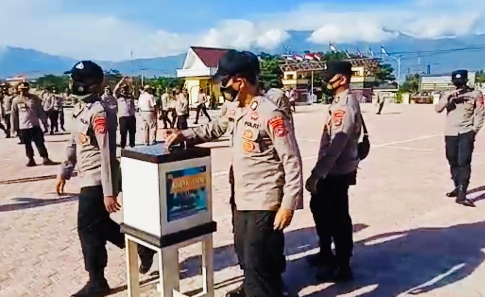 Usai Apel Pagi, Personel Biro SDM Polda Sulteng Lakukan Gerakan 1.000 Rupiah Untuk Kaum Daufa