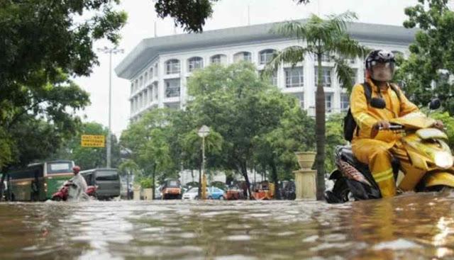 Jalan terkena banjir, lokasi di dki Jakarta yang tergenang banjir