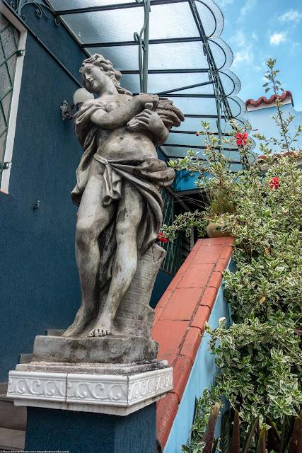 Uma casa na Trajano Reis - escultura na entrada