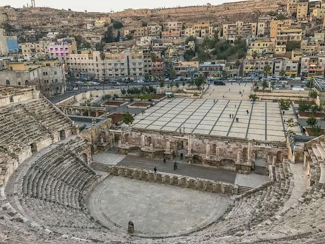 Nhà hát cổ đại trong thành phố có sức chứa 3.000 người. Từ đây, bạn sẽ được ngắm nhìn toàn cảnh thung lũng, tu viện Ad-Deir ấn tượng với quãng đường 800 bậc đá. Du khách cũng có thể ghé thăm Bảo tàng Khảo cổ Petra và Bảo tàng Petra Nabataean, nơi trưng bày đồ vật từ các cuộc khai quật, để có cái nhìn sâu sắc về quá khứ đầy màu sắc của Petra.