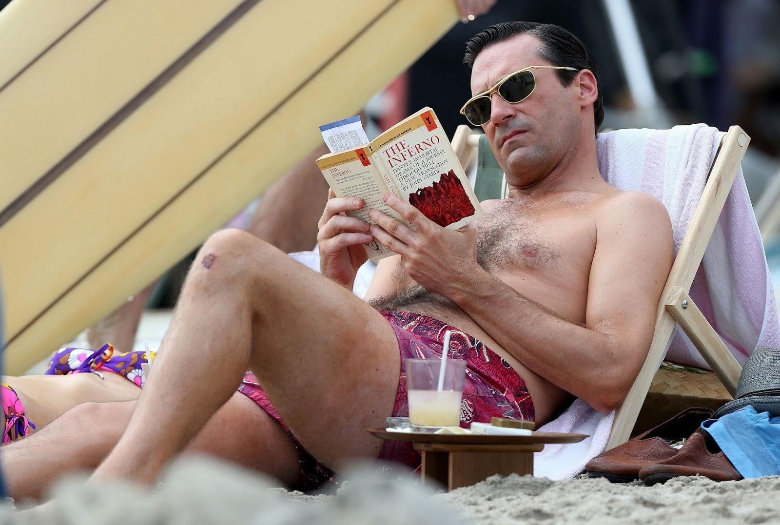 Don Draper leyendo un libro