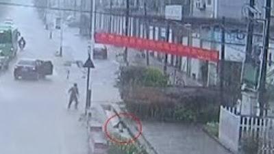 مارة ينقذون طفلا من الغرق في بالوعة مجاري