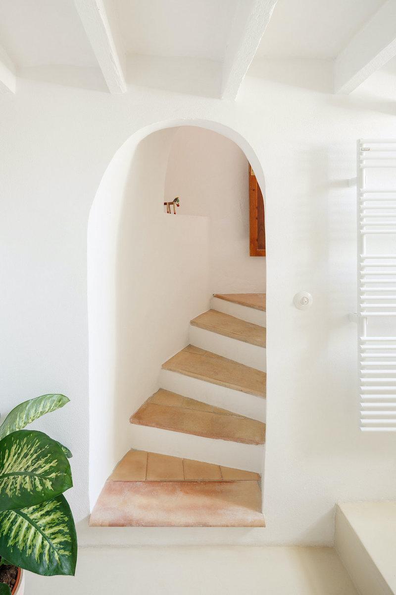 Escalera de acceso al baño en planta inferior