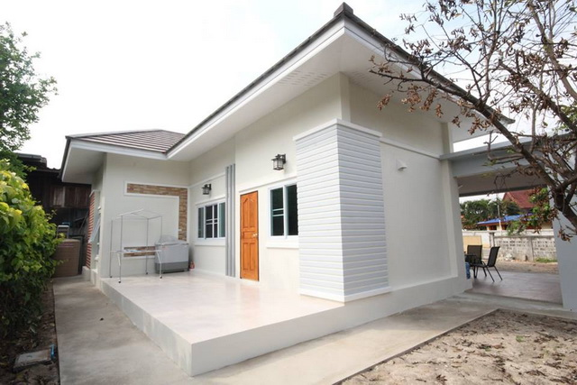 There are several benefits of living in a small house. It's cheaper, low maintenance, and efficient. But aside from practical advantages, small houses also have its charms and attractions. We've gathered 50 photos of modern small houses that will make you want to move in fast. Let's take a look!