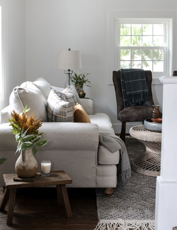 This living room is packed with inspiration for decorating your own modern farmhouse home for fall.