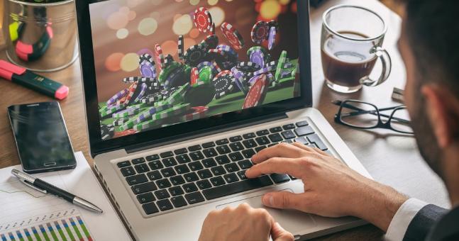 Список надежных онлайн казино на рубли.Лучшие интернет казино, которые играют на реальные деньги с маленькими ставками в России.Лицензированные, честные, проверенные игровые клубы с выводом денег.