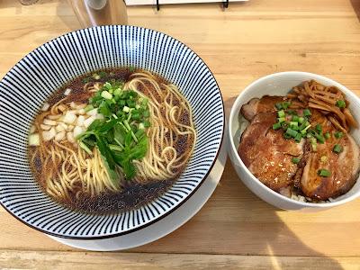 三軒茶屋にあるsirusi(しるし)のかけそばとチャーシュー丼