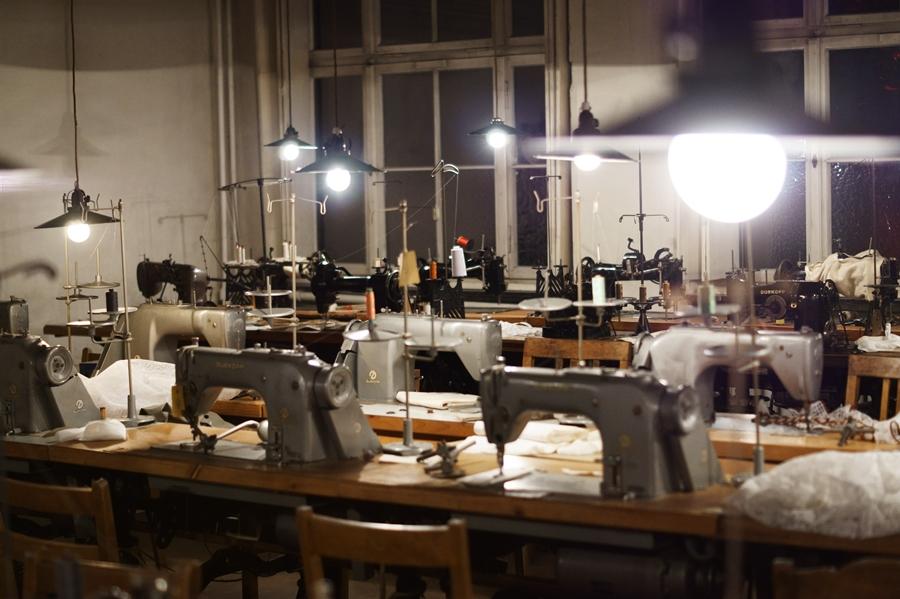 Blog + Fotografie by it's me! - fim.works - Wäschefabrik Bielefeld, Nähsaal mit alten Nähmaschinen