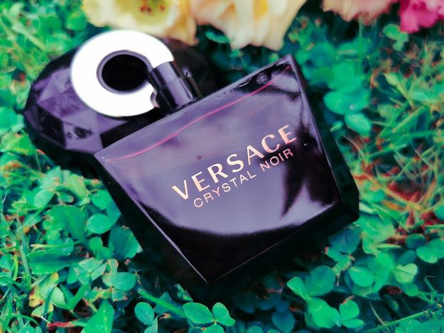 Crystal Noir je orientálna kvetinová vôňa