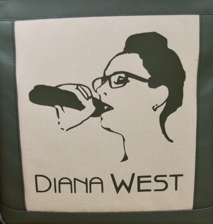 Geplottete Sängerin aus Flexfolie auf beigem Canvas, umrandet von gepatchtem Kunstleder Rahmen