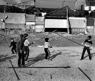 PEACE-ART project: Robert SCHILDER, picture of young children in Paris fighting with sticks