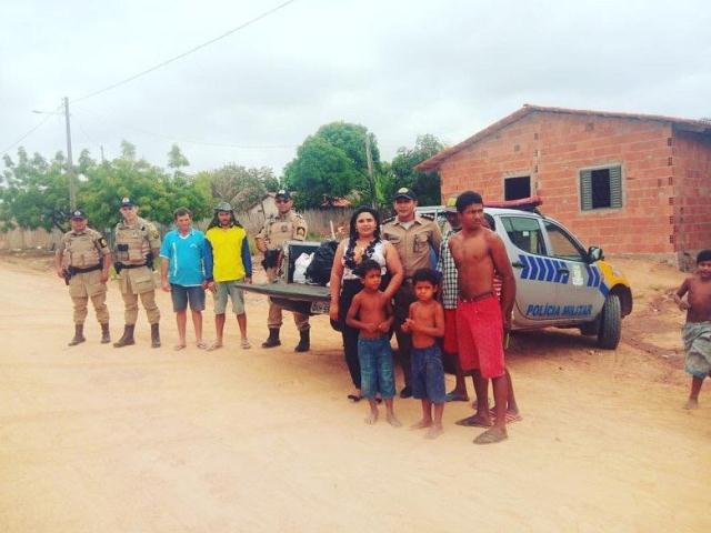 PM entrega donativos durante visita solidária às famílias que tiveram suas casas queimadas na Vinte Mil, em Carrasco Bonito