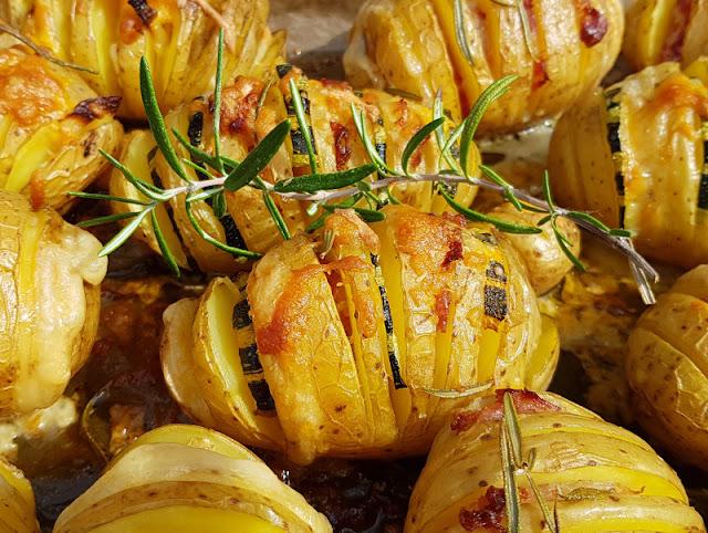 Hasselback-Kartoffeln: Rezept für schwedische Fächerkartoffeln aus dem Backofen. Es gibt auch vegane bzw. vegetarische Varianten der leckeren fächerförmigen Kartoffeln, ich zeige Euch die Zubereitung!