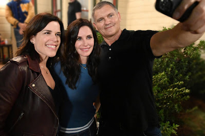 Neve Campbell, Courteney Cox and Executive Producer Kevin Williamson on the set of Scream 2022