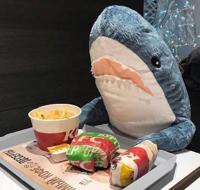 Акула ест в Макдоналдсе