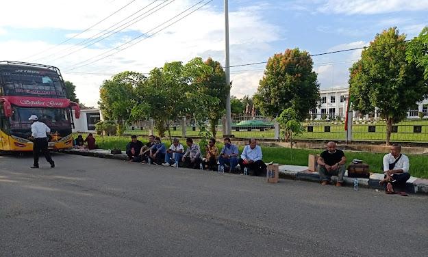 """Bus Rusak Usai Kunker, DPRD Deliserdang """"Terlantar"""" Usai Kunker di Bagan Siapi-api"""