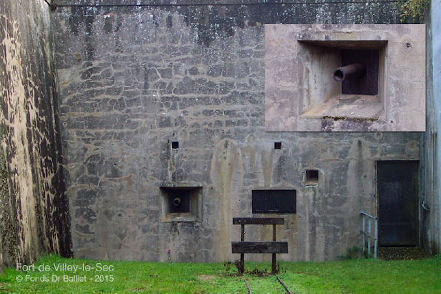 Fort de Villey-le-Sec — À gauche : embrasure d'un canon de 12 culasse vue de l'extérieur