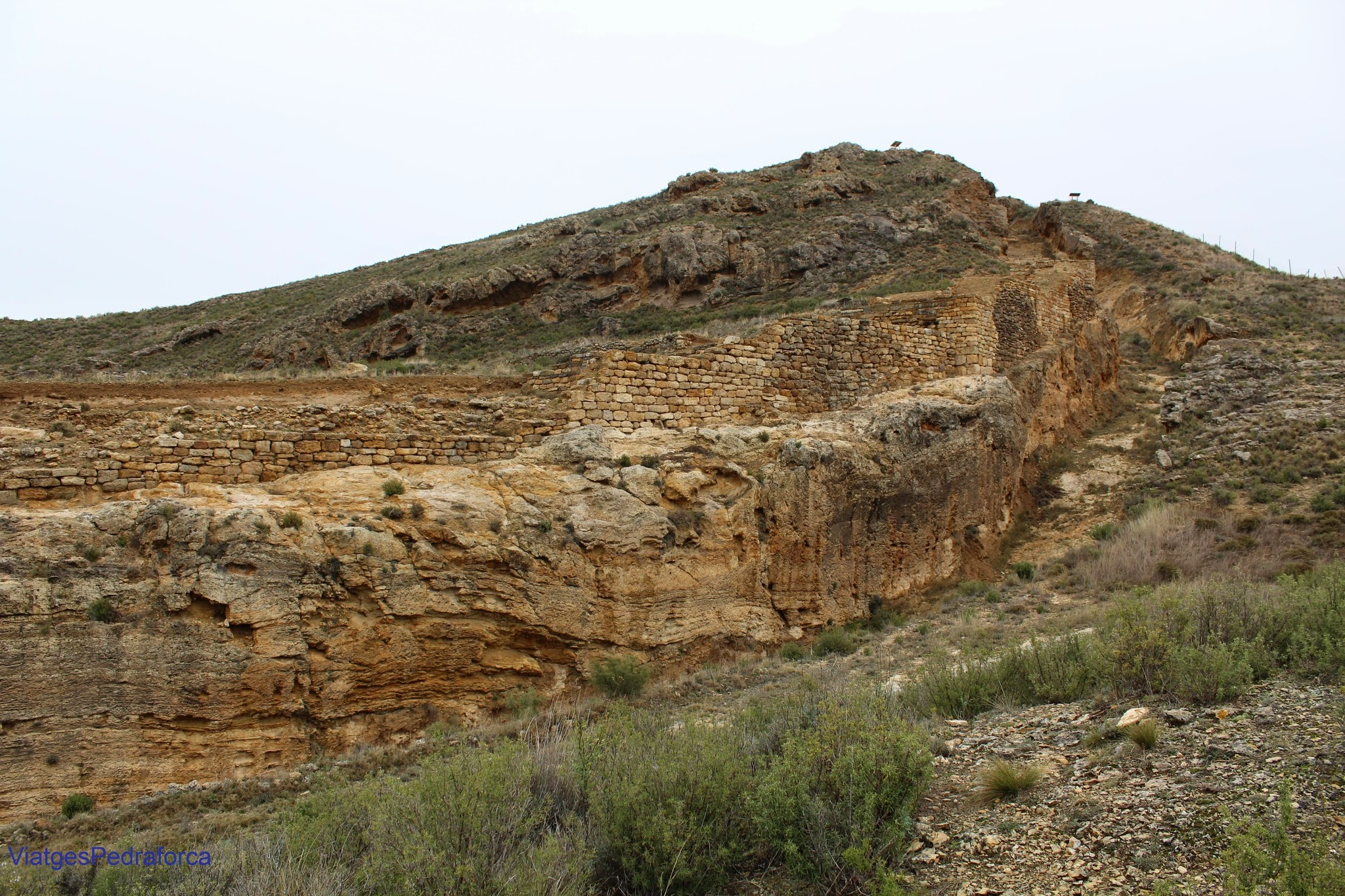 Muralla celtibera del yacimiento arqueológico de Contrebia Leukade La Rioja