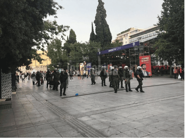 Ενταση και χημικά στην πορεία για τον Κουφοντίνα - Βανδάλισαν το εκλογικό περίπτερο του Κ. Μπακογιάννη [εικόνες & βίντεο]