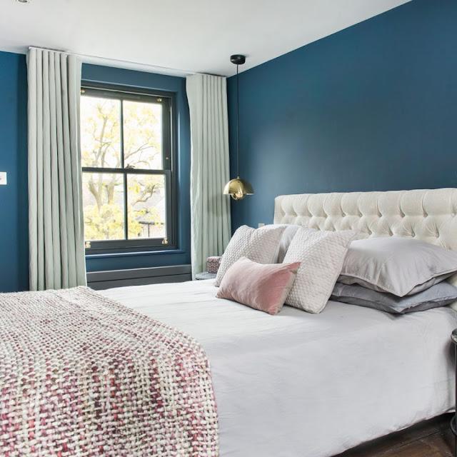 Kamar tidur biru dengan sandaran kepala bagian belakang kancing krem