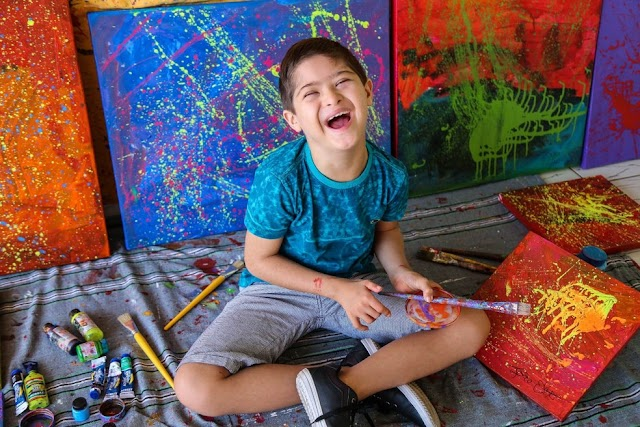 Artista piauiense de 11 anos com Síndrome de Down é convidado para participar de exposição no Museu do Louvre, em Paris