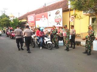 Sinergitas TNI-Polri Jepara Bagi-bagi Takjil Kepada Masyarakat