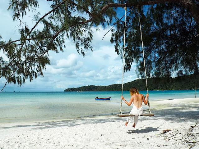 Koh Rong Samloem là một hòn đảo nhỏ hoang sơ, không có dân cư sinh sống. Dạo một vòng quanh đảo ta có thể thấy rằng, các resort đều là của người nước ngoài xây dựng và quản lý. Những người dân bản địa chỉ làm công việc dịch vụ.
