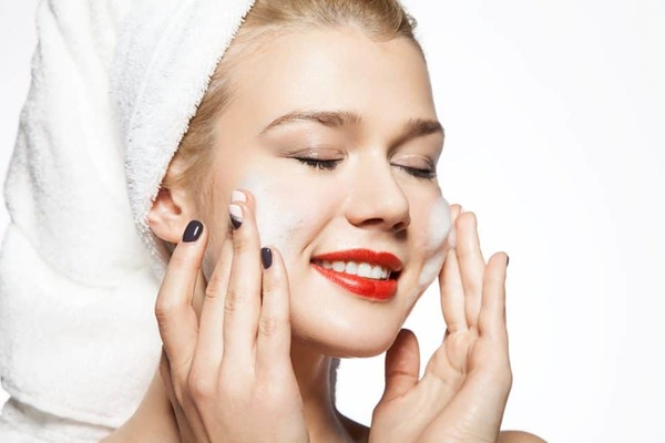 cuci muka dengan rutin untuk hilangkan bruntusan