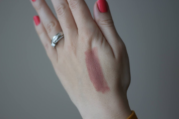 swatch rúžu Loreal Pris Color Riche Matte Free The Nudes v odtieni No Doubts