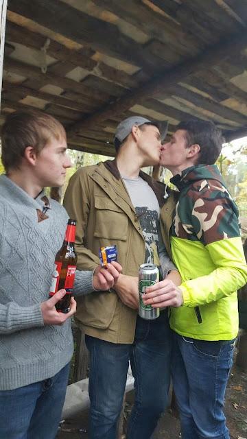 momci-zezanje-ljubljenje-u-usta-gejevi-kondom-izazov