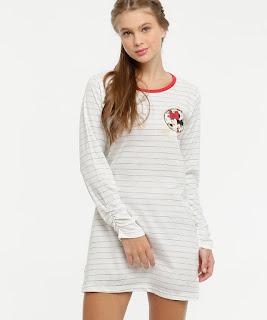 Camisola feminina confeccionada em tecido malha com estampa listrada. Possui estampa Minnie personagem da Disney metalizada, manga longa, decote redondo, acabamento e costura no tom.