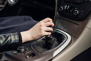 كيفية قيادة السيارة اليدوية