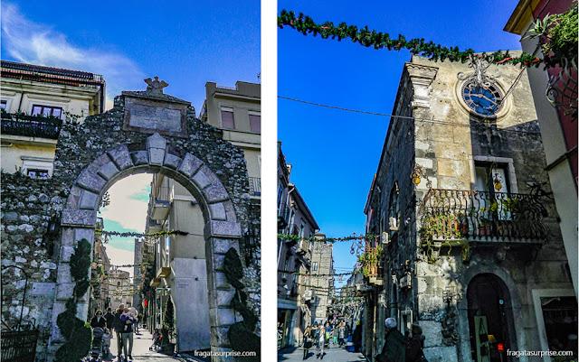 Porta Messina, antiga entrada medieval de Taormina, Sicília