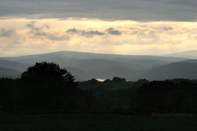 camino-de-santiago-frances-puesta-de-sol-womantosantiago