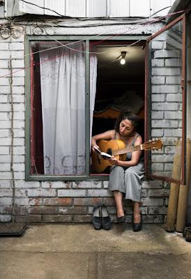 membuat foto ala selegram sedang main gitar