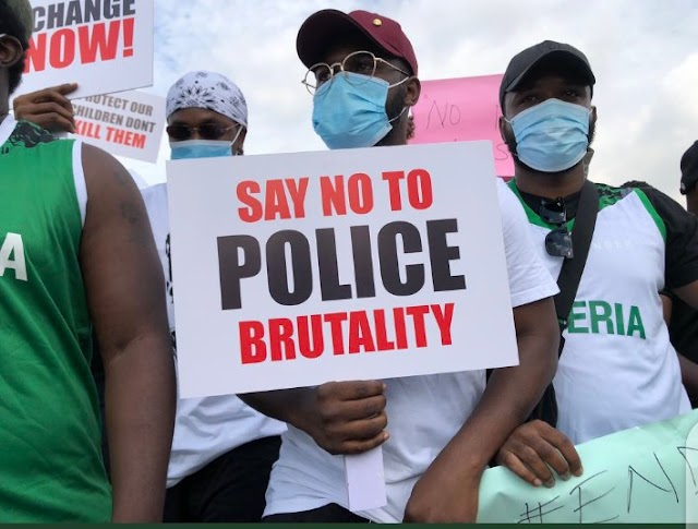 EndSARS protesters devise ingenious way to protect themselves against armed thugs attack (video)