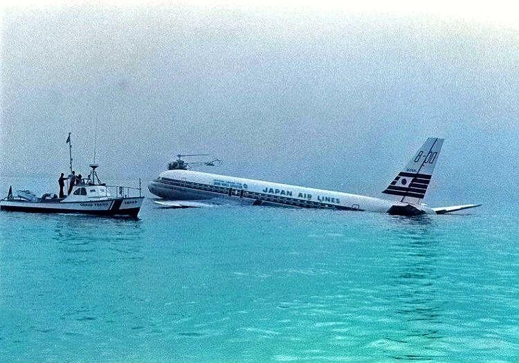 Motoru arızalanan Douglas DC-8, San Francisco yakınlarındaki bir sahile inmek zorunda kalmıştı.