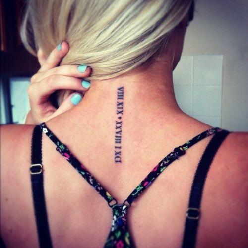 chica rubia con el cabello recogido, lleva en la nuca un tatuaje de números romanos