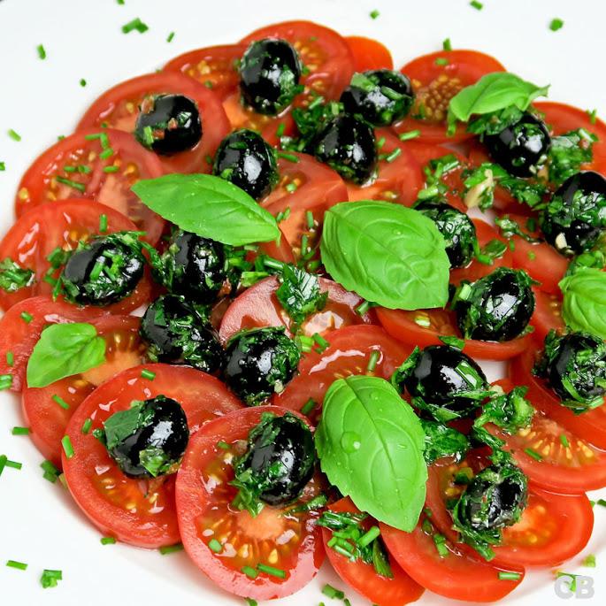 Recept: zo maak je zelf tomatensalade met gemarineerde olijven