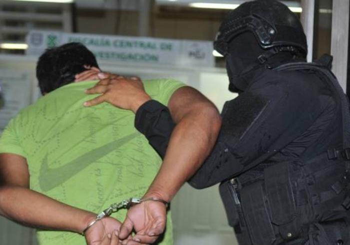 """Ni las manitas metieron, elementos de la PGJ madrugan a integrantes de """"Los Rodolfos"""" catean """"narcotienda"""" en Xochimilco, 7 detenidos"""