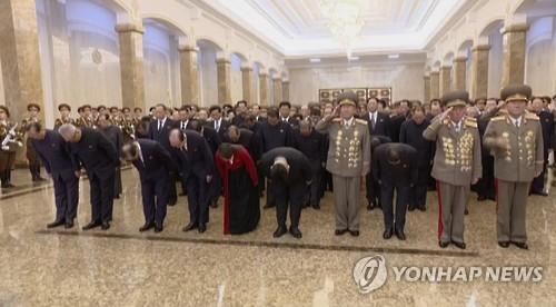 Kim Jong-un y altos cargos norcoreanos visitando el mausoleo