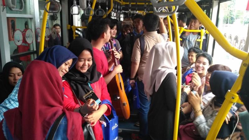 Suasana penumpang di bus TransJakarta