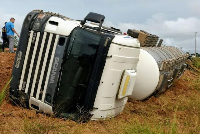 Dois caminhões tombam na estrada do Anel Viário em Ji-Paraná