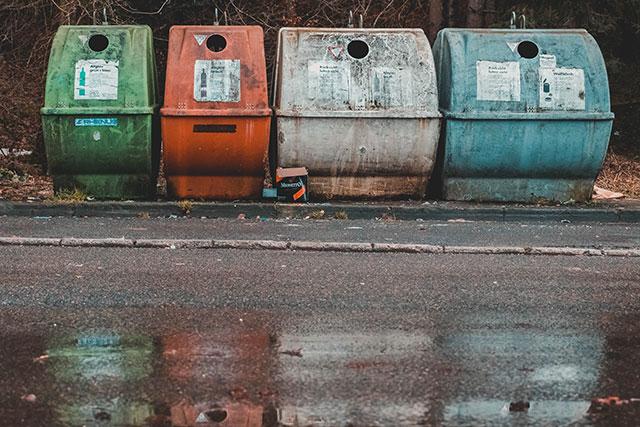 Contenedores de reciclaje y basura