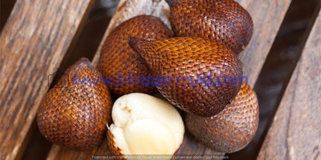 Buah yang memiliki nama ilmiah Salacca Zalacca ini merupakan palma yang berbentuk perdu dan tidak memiliki batang, berduri serta beranak banyak ini memiliki manfaat yang baik bagi kesehatan.    Di Indonesia buah salak memiliki banyak sekali jenis, setiap daerah memiliki nama tersendiri untuk jenis salak daerahnya. Buah salak juga memiliki rasa yang manis, tapi kadang ada juga yang asam dan sepet.    Buah ini juga sangat digemari masyarakat indonesia karena rasanya yang manis dan enak serta menyegarkan.  Adapun 21 manfaat buah salak bagi kesehatan adalah sebagai berikut.    1. Mengobati diare Ketika anda mengalami diare artinya jumlah cairan pada sistem pencernaan anda sangat banyak, sehingga anda harus mengalami mulas yang berlebihan serta sering buang air besar dengan tekstur yang encer.    Hal ini bisa anda obati dengan mengkonsumsi salak, dengan mengkonsumsi minimal 20 gram buah salak maka masalah perut anda akan teratasi seketika.    2. Menjaga kesehatan mata Buah salak mengandung betakaroten yang 5 kali lebih banyak dari mangga dan buah semangka. Betakaroten ini berfungsi untuk melindungi mata dari berbagai penyakit mata. Dengan mengkonsumsi salak anda dapat menjaga mata anda dari berbagai penyakit mata.    3. Menjaga kesehatan kuku Buah salak merupakan buah yang lezat untuk dijadikan cemilan, selain dijadikan cemilan manfaat buah salak juga bisa menyehatkan kuku. Untuk itu konsmsilah buah salak agar kuku anda sehat.    4. Membantu program diet Memiliki berat badan yang tidak ideal apalagi sampai berlebihan merupakan keadaan dimana badan akan terasa lebih berat serta mudah lelah. Memiliki berat badan yang berlebih juga meningkatkan timbulnya berbagai penyakit yang berbahaya seperti jantung.    Bagi anda yang sedang melakukan program diet penurunan berat badan anda bisa menggunakan buah salak pada menu diet anda.    Pasalnya dalam buah salak mengandung fitonutrien yang dapat membantu diet anda. Dalam buah salak juga terdapat vitamin C serta serat yang berguna un