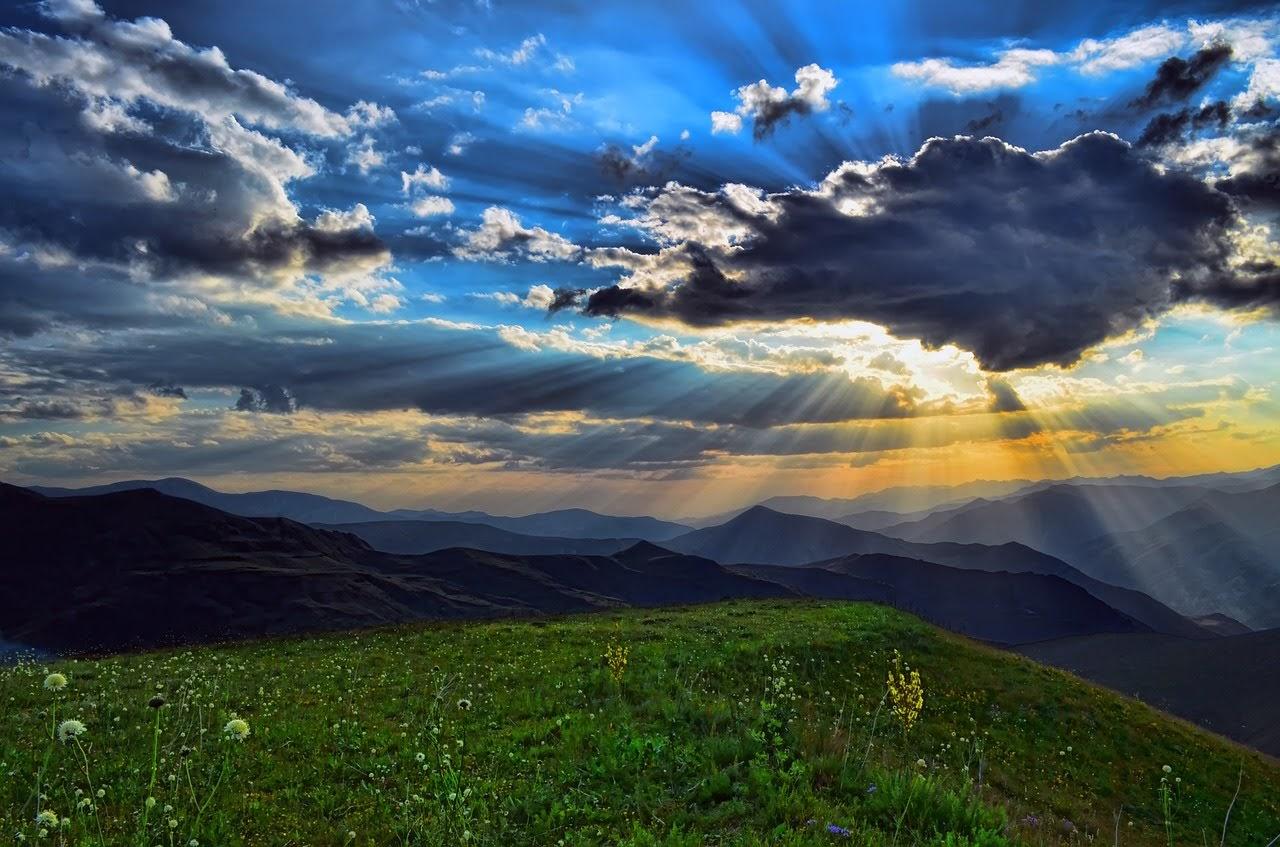 صورة غروب الشمس على قمم الجبال الخضراء - اجمل واحلى صور الطبيعة الجميلة والخلابة في العالم